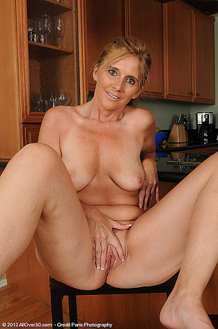 http://allover30free.com/mature/AmandaJean/qIDmZa/Ladies/490_050712_Amanda_Jean_from_AllOver30_Spreading.html