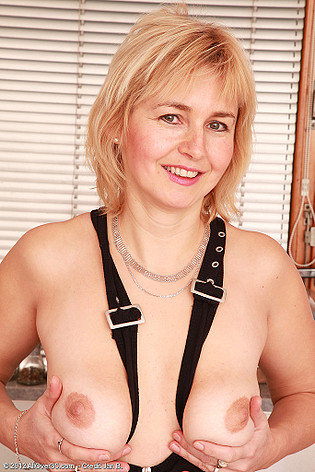 http://allover30free.com/mature/Nella/ik7SYZ/Ladies/210_053012_43_Year_Old_Nella_From_AllOver30.html