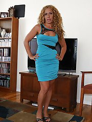 idealmilf galleries latina-milf-with-blonde-hair-undresses-her-tight-skirt-in-close-up
