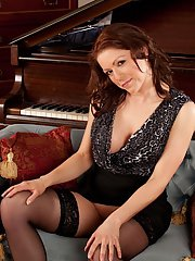 exclusivemilf pics milf-miah-croft-is-posing-in-front-piano-with-naked-shaved-pussy
