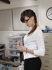 sexygirlspics pics 2011-11-30 cute-babe-in-glasses-holly-michaels-shows-her-peachy-body-in-office