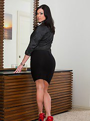 idealmilf galleries 2013-03-05 stunning-milf-kendra-lust-stripping-and-exposing-her-awesome-ample-ass
