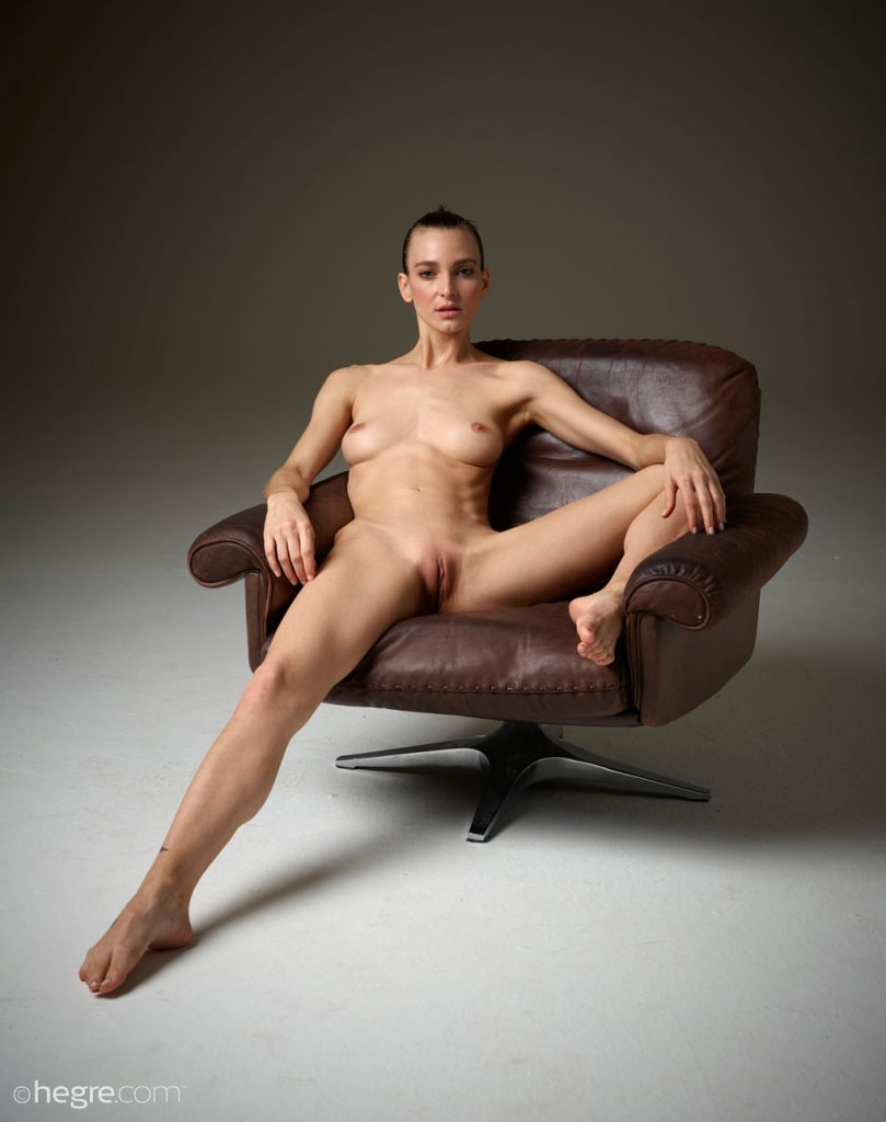 gyrls flora-nude-in-a-leather-chair