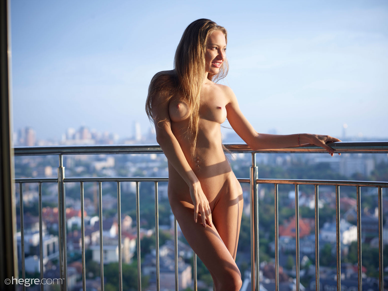gyrls jolie-nude-on-the-balcony