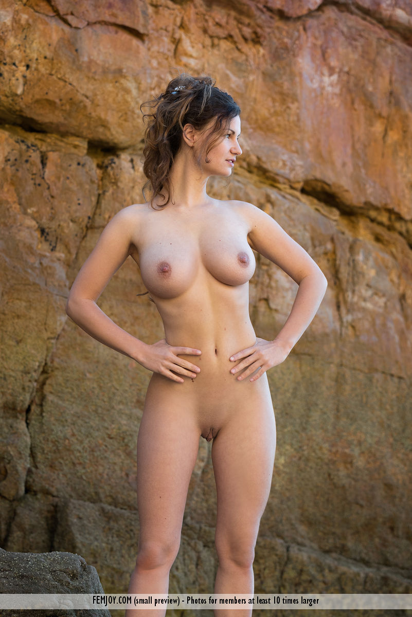 gyrls susann-nude-beach-beauty