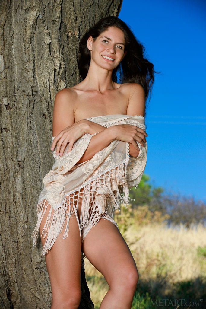 gyrls yasmina-naked-under-a-tree