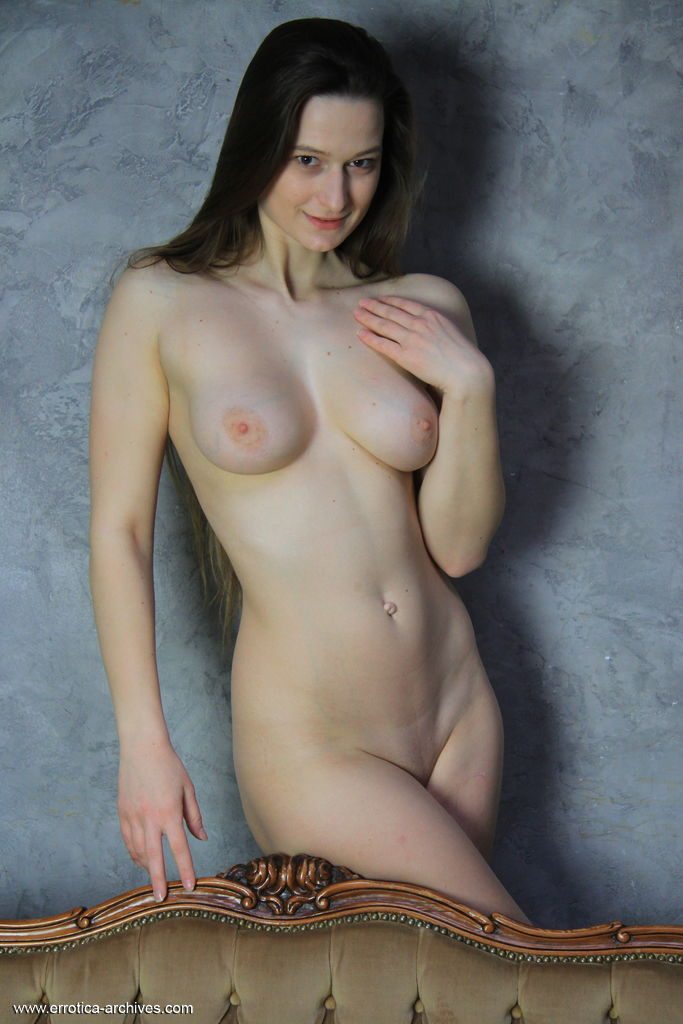 gyrls monna-dark-posing-naked