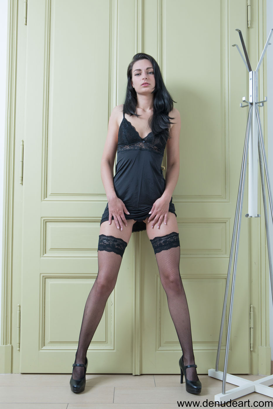 gyrls lee-anne-leggy-babe-in-stockings