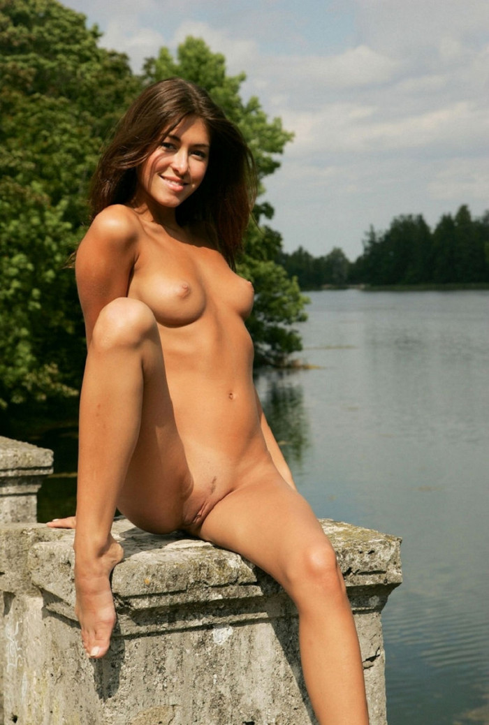 russiasexygirls 198538 smiling-chick-with-tanned-skin-and-nice-boobs-outdoors