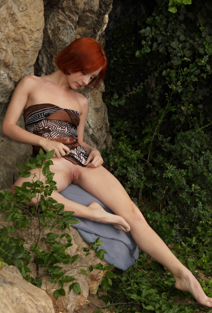 russiasexygirls 201098 red-haired-beauty-with-huge-pussy-under-a-rock