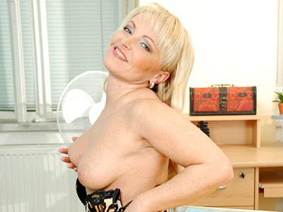 http://galleries.anilos.com/mgpbig/renata/black_mature/