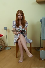 wearehairyfree models Scarlett Scarlett_tries_to_stay_focused_on_her_magazine