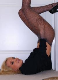 http://www.cherrynudes.com/faye-sexy-stockings/