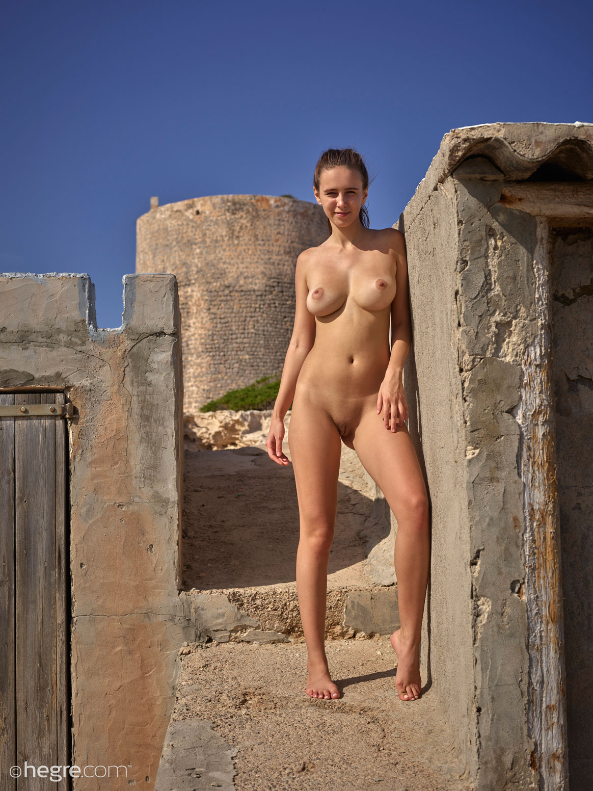 http://www.gyrls.com/alisa-nude-in-the-warm-sun/