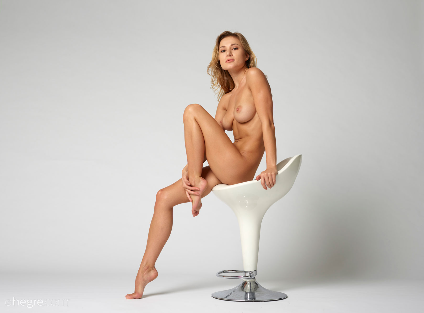 gyrls darina-l-leggy-nude-babe-in-a-chair