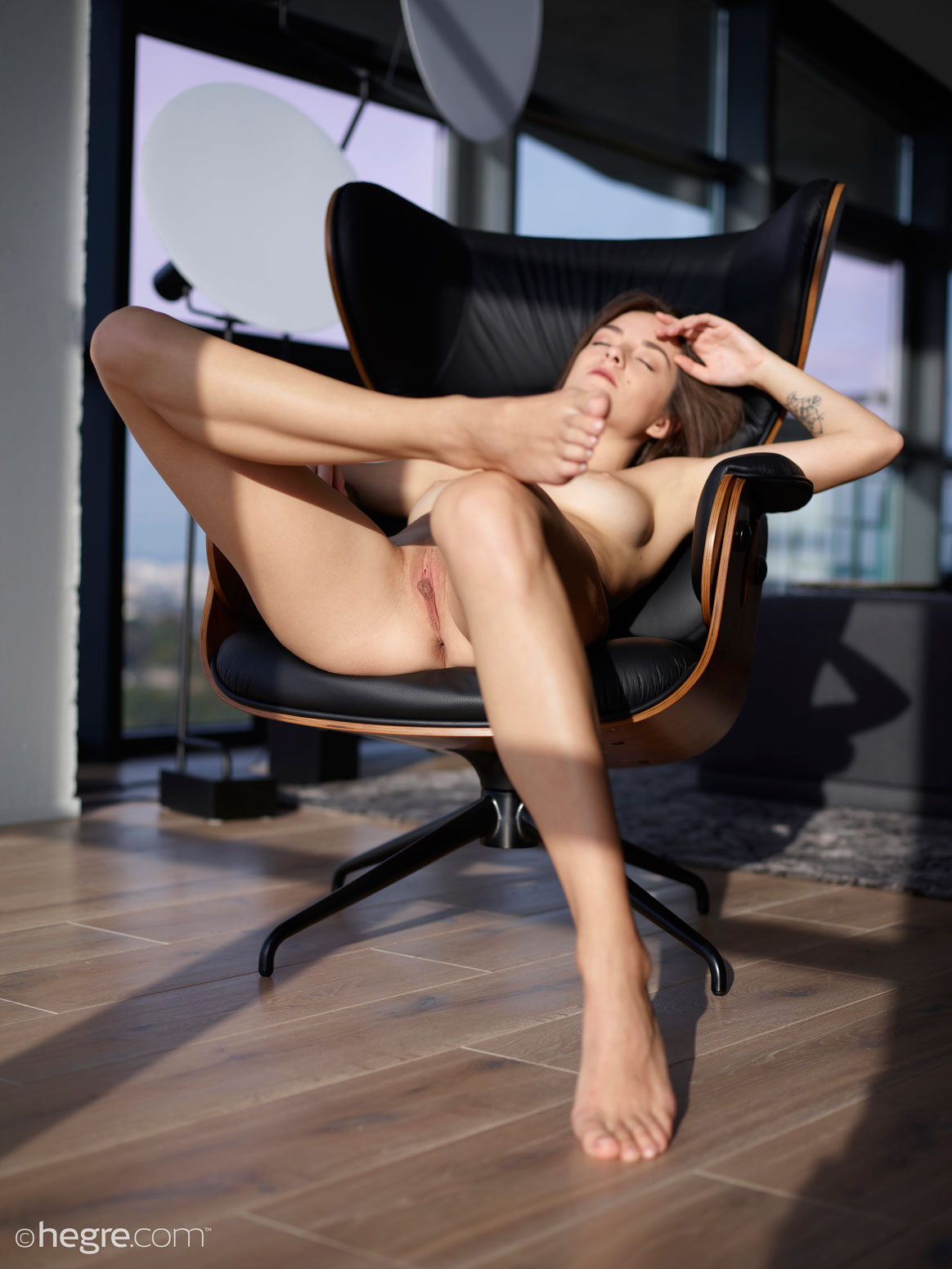 gyrls arina-naked-in-her-chair