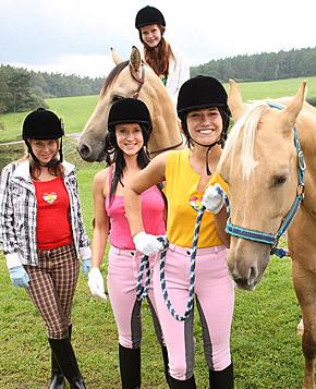 jjgirls photo clubseventeen horse-lesbians horse-riding-babes-licking