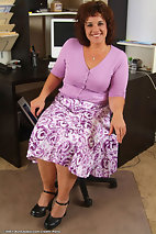 xxxpicsarchive curly-chubby-plump-older-mom-undressing-in-the-office-41