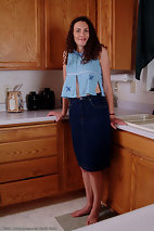 xxxpicsarchive curly-longhaired-older-babe-takes-off-skirt-in-the-kitchen-240