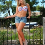 your-daily-girl 2011 11 jodie-gasson-strips-out-of-her-denim-shorts