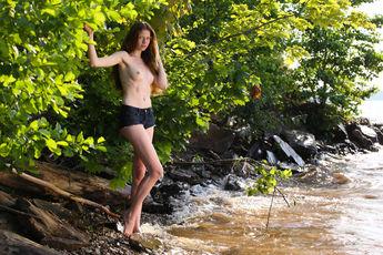 http://fhg.stunning18.com/2018-02-17/GIRL_IN_LEAVES/